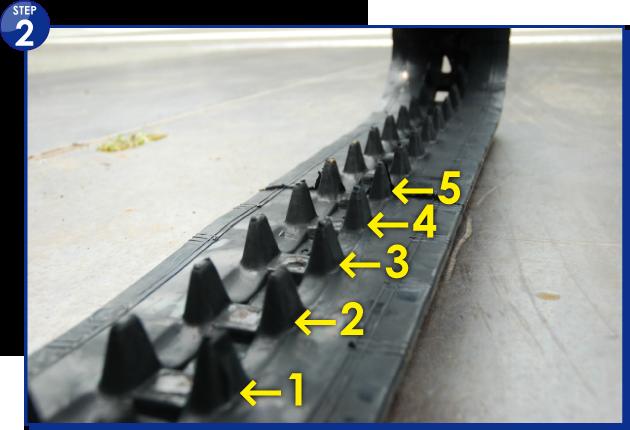 ゴムクローラーの内側、芯金(受金)1周分を数えます。